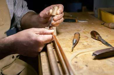 un archetier fabriquant un archet