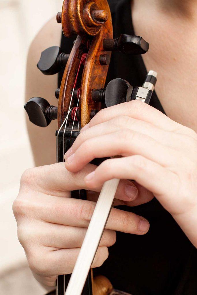 Violoniste tenant un archet de violon