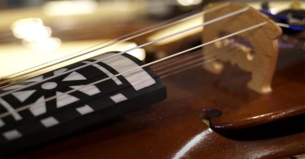 el violín Hardanger y sus cuerdas subyacentes